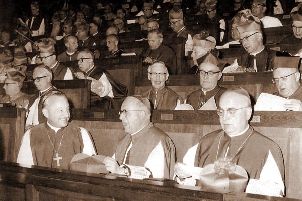 Obrady Soboru Watykańskiego II. W dalszym rzędzie zasiadł Abp Karo