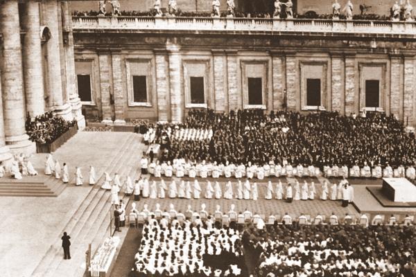 Jan Paweł II uroczyście inauguruje swój pontyfikat. Watykan 22 X 1978 roku. Obecni na mszy kardynałowie oddają homagium nowemu papieżowi