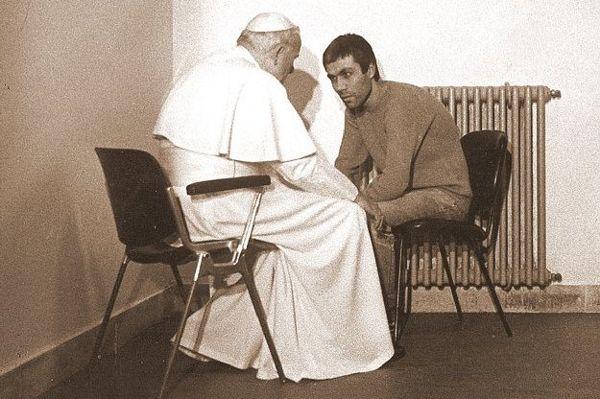 Jan Paweł II odwiedził w więzieniu zamachowca Ali Agcę