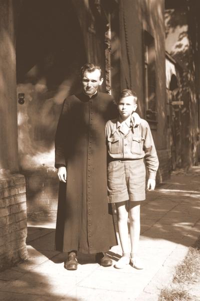 Ksiądz Wojtyła z ministrantem przed wikarówką parafii św. Floriana