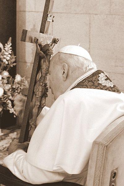Jan Paweł II podczas ostatniej Drogi Krzyżowej, fot. A.  Mari
