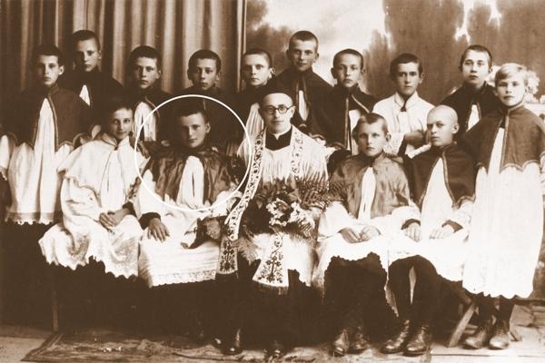 Pamiątkowa  fotografia z pożegnania ks. Kazimierza Figlewicza - katechety i opiekuna kółka ministranckiego, którego prezesem był Karol Wojtyła