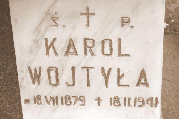 Tablica z grobowca Wojtyłów i Kaczorowskich
