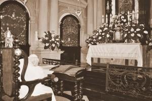 Jan Paweł II podczas modlitwy przed obrazem Matki Bożej Kalwaryjskiej, Kalwaria Zebrzydowska 2002