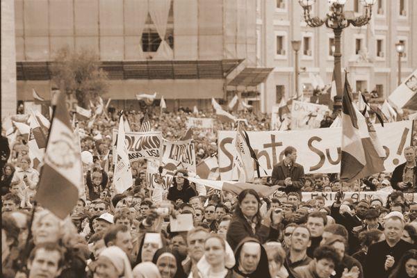 Już w dniu pogrzebu Papieża Polaka tlum zebrany na Placu Św. Piotra wyraził przekonanie o świętości zmarłego, wiwatując i wznosząc transparenty z napisem: SANTO SUBITO! Fot. Tadeusz Warczak